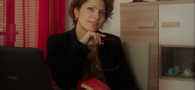 Donatella Briganti ghostwriter e giornalista al pc e tra i libri