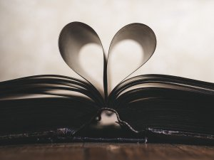 Pagine di un libro che formano un cuore