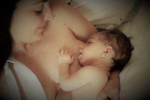Elisa Ruggieri con il piccolo Flavio in un tenero momento d'amore tra mamma e figlio