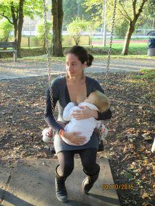 Anna Bugliarello, autrice e ideatrice del libro su come smettere di allattare 'La mia mamma è diventata magica' mentre allatta