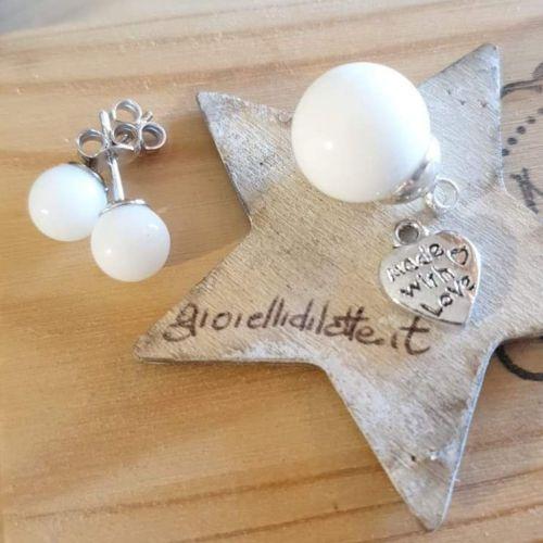Dei bellissimi gioielli con latte materno e l'indicazione del sito gioiellidilatte.it