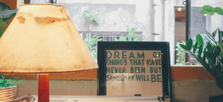 Macchina da scrivere e lampada davanti a una finestra