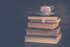 pila di libri con una tazza di thesopra