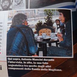 Donatella Briganti mentre intervista il pentito della Banda della Magliana Antonio Mancini